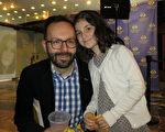 纽约一家科技开放设计公司的创办人兼经营者David Lipkin带着女儿于2016年5月7日下午观看了神韵巡回艺术团在阿根廷首都布宜诺斯艾利斯Opera剧院的演出。(林南/大纪元)