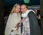 編舞和舞蹈演員Paula Vernon女士(左)5月7日下午4點觀賞了美國神韻巡迴藝術團在阿根廷首都布宜諾賽勒斯Opera劇院(Teatro Opera Allianz)的演出,她讚歎神韻演出非常崇高莊嚴,每一分鐘都令人極其享受。(林南/大紀元)