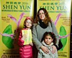 5月7日,社会学家ValeriaForwe和女儿、侄女一起观看神韵演出。(新唐人截图)