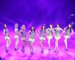 韓國女團「少女時代」8日持續在台北小巨蛋開唱,大秀勁歌熱舞。(中央社)