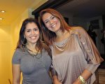 2016年5月8日晚,律师Rosana Alves(右)观看了美国神韵巡回艺术团今年在阿根廷布宜诺斯艾利斯Opera剧院(Teatro Opera Allianz)的第五场演出。(林南/大纪元)