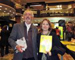 2016年5月8日晚,律師Victoria Rodríguez Hausshildt與她的先生、電訊工程師Miguel Gómez Heguy一起觀看了美國神韻巡迴藝術團今年在阿根廷布宜諾斯艾利斯Opera劇院(Teatro Opera Allianz)的第五場演出。(林南/大紀元)