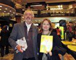 2016年5月8日晚,律师Victoria Rodríguez Hausshildt与她的先生、电讯工程师Miguel Gómez Heguy一起观看了美国神韵巡回艺术团今年在阿根廷布宜诺斯艾利斯Opera剧院(Teatro Opera Allianz)的第五场演出。(林南/大纪元)