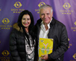 语言学和历史学教授Patricia Bouchet和先生Edgardo Alba于2016年5月8日晚一起在阿根廷首都布宜诺斯艾利斯观看了美国神韵巡回艺术团的演出。(Marcos Giuriati/大纪元)