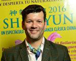 既是畫家又是音樂人的Sebastián Rezola,2016年5月8日晚在阿根廷首都布宜諾斯艾利斯的Opera劇院,觀看了美國神韻巡迴藝術團的演出。(Elina Villafanie/大紀元)