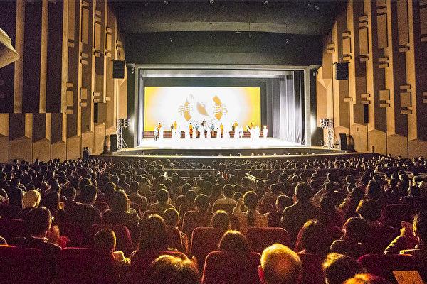 5月10日,来自美国的神韵世界艺术团在首尔近郊的城市水原上演韩国的最后一场演出,大批艺术名流纷至沓来,全场空前爆满。(全景林/大纪元)