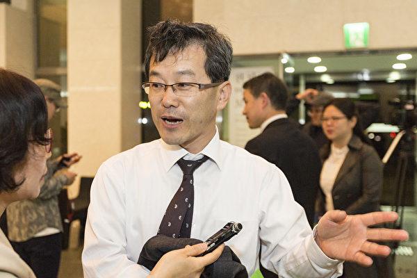 律师协会理事朴钟欣赞叹神韵演出让他内心感到温暖,同时也谴责中共干扰神韵在KBS的演出。(全景林/大纪元)