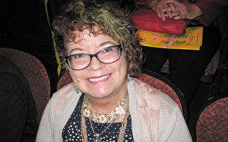 作為藝術家與作家,Patricia Zukowski說神韻演出打動人心靈。(童雲/大紀元)