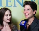 5月10日晚,匹茲堡Berkshire Hathaway房地產經紀公司的營銷部副總裁Deb Arrisher和女兒觀看了神韻紐約藝術團在美國賓州匹茲堡市本尼德表演藝術中心的首場演出。(新唐人電視台)