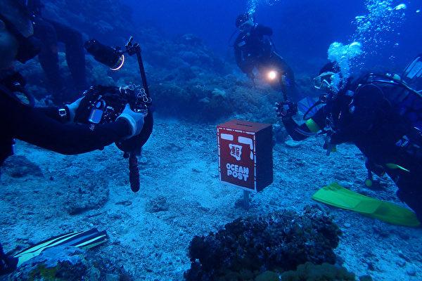 綠島紀念品和潛水業者11日在綠島海底13米處設立一個海底郵筒,不僅可以寄信,還可以收垃圾,2天會有一次郵差收信、收垃圾。(陳盈明提供)