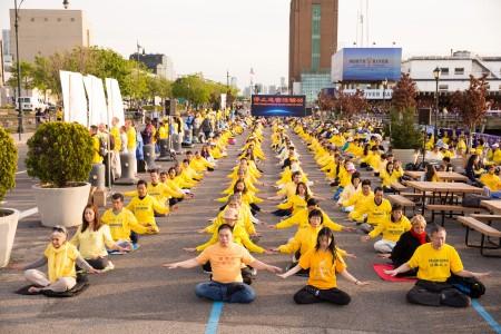 2016年5月11日,來自全球各地的部份法輪功學員近600人在紐約中領館前舉行集體煉功等活動,呼籲解體中共、結束對法輪功的迫害。(戴兵/大紀元)