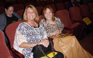 律師行老闆Christine Gale女士和室內設計師傅Bobbi Balicki女士,2016年5月11日晚一同觀看了神韻紐約藝術團在美國匹茲堡市本尼德表演藝術中心的第2場演出後為之深深讚歎。(良克霖/大紀元)