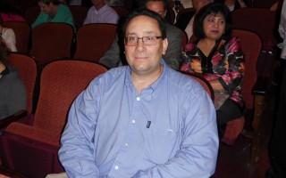 5月10日晚,神韻紐約藝術團在美國賓州匹茲堡市本尼德表演藝術中心(The Benedum Center for the Performing Arts)的第二場演出結束。軟體公司老闆Joe Rafail先生與家人一起觀看了當晚的演出。(肖捷/大紀元)