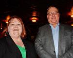企业银行(Enterprise Bank)联合创始人及总裁Chuck Leyh先生与下属Mimi Keller女士5月11日观看了神韵纽约艺术团在美国宾夕法尼亚州匹兹堡市本尼德表演艺术中心的演出。(肖捷/大纪元)