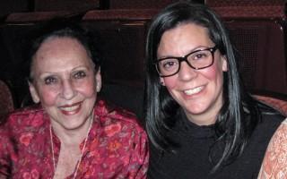 Julie Diertdiat(右)與和母親Sandy(左)和自己的先生都認為觀看神韻演出是「全新的藝術體驗」。(童雲/大紀元)
