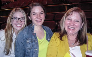 Victoria Masters女士(右)和兩個女兒,珠寶商Alison(中)和建築公司的市場經理Alexandra(左)認為神韻演出讓人內心達到共鳴。(童雲/大紀元)