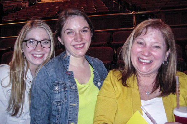 Victoria Masters女士(右)和两个女儿,珠宝商Alison(中)和建筑公司的市场经理Alexandra(左)认为神韵演出让人内心达到共鸣。(童云/大纪元)