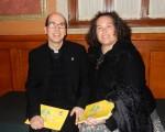 室內設計師Joanne Turi和天主教神父Joe於2016年5月11日晚觀看了神韻紐約藝術團於在匹茲堡本尼德表演藝術中心的演出。(肖捷/大紀元)