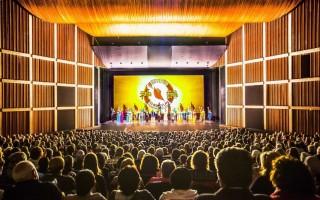 2016年5月11日晚,神韵国际艺术团在加拿大汉密尔顿剧院第二场演出现场气氛热烈、掌声迭起。(艾文/大纪元)