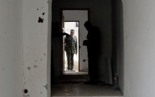 5月11日,突尼西亚警察局长视察,首都突尼斯附近突袭枪战的一所房子。(FETHI BELAID/AFP/Getty Images)