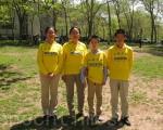 2016年5月12日,纽约布鲁克林区法轮功学员在卡德曼广场公园参加集体炼功,迎接即将到来的5‧13世界法轮大法日。(张小清/大纪元)