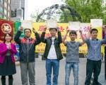 2016年5月13日,民众在纽约联合国公园集会,庆祝第17届法轮大法日。图为当场三退的华人手举退党证书。(马有志/大纪元)