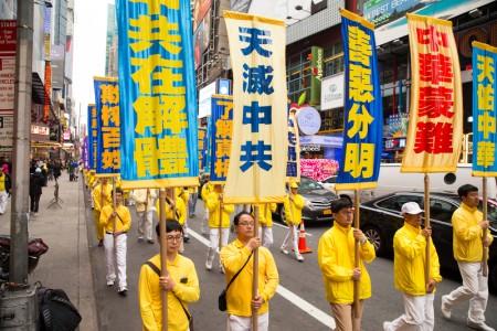 2016年5月13日,纽约上万人游行庆祝第17届法轮大法日。(戴兵/大纪元)