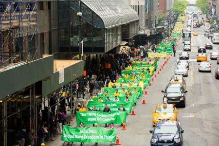 2016年5月13日,紐約上萬人遊行慶祝第17屆法輪大法日。(EVan Ning/大紀元)