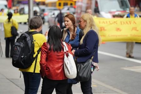 5月13日,近萬名來自世界各地部分法輪功修煉學員在紐約曼哈頓參加慶祝「5•13」世界法輪大法日大遊行。法輪功學員向路人講真相。(謝東延 /大紀元)