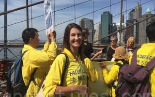 2016年5月14日,来自西澳大利亚首府珀斯市的法轮功学员米歇尔‧贝克斯(Michele Backers)在布鲁崙桥上。(张学慧/大纪元)