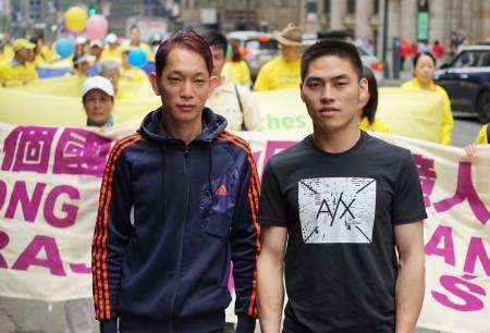 「5•13」世界法輪大法日大遊行的場面壯觀盛大、服飾靚美,讓觀看遊行的華人讚歎不已。圖為,來自廣東的李先生(左)和來自四川的周先生(右)。(謝東延/大紀元)