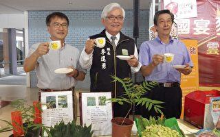 荣登国宴主食的三源牧场负责人陈永雄(左)与有机咖啡达人刘庆松(右)与县长李进勇(中)。(廖素贞/大纪元)