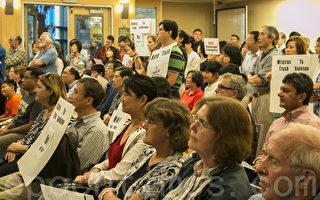 5月16日晚,关于瓜达卢佩垃圾场接收苗必达市生活垃圾的社区会议,很多人举牌反对接收生活垃圾。(李文净/大纪元)