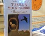"""""""枪杀模仿鸟""""(To Kill a Mockingbird)由美国现代女作家哈珀•李(Harper Lee)所著,此书1960年出版,1961年获得普立兹文学奖,图为该书出版40周年时,在书店书架上陈列的有声版本。(Tim Boyle/Getty Images)"""