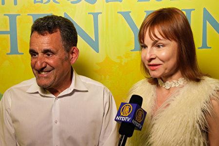 音樂專家Tanya Luvykh與食品公司總裁John Sottile夫婦都深為神韻演出所感動。(新唐人電視台)