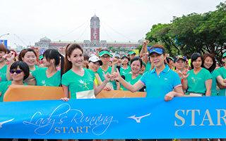 Mizuno年度代言人翁滋蔓與董氏基金會葉雅馨主任一起勾手立約萬名姐妹從此不再為壓力所苦。(驊采整合行銷提供)