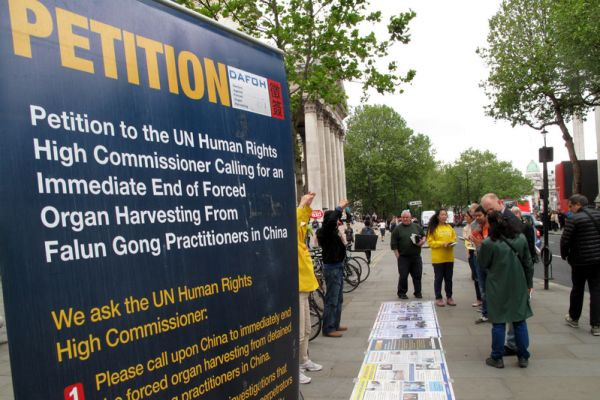 英国人在伦敦市中心得真相 支持法轮功