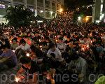 去年六四26周年當晚,香港大學舉行燭光悼念活動,大批同學參加。(大紀元資料圖片)
