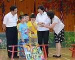 中華民國總統蔡英文(右2)5月27日視察新北市乾華國小了解偏鄉教育情形,圖與學童們一起玩起彈珠台,親切互動。(中央社)