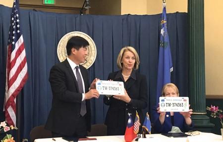 駕照互惠協定簽字現場,左起:處長馬鍾麟、內華達州務卿Barbara Cegavske、內華達州DMV局長Terri Albertson。(舊金山經文處提供)