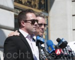 2015年9月1日,14号码头枪击案受害者家属正式向旧金山和联邦责任部门索赔。图为受害人凯瑟琳‧斯坦勒的弟弟Brad(左)和父亲James(右)难掩悲痛。(大纪元资料图)