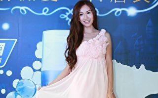 翁滋蔓為某保養品牌站台,她身穿一席粉色禮服搭配浪漫捲髮,化身公主搭乘白色馬車現身。(漫橘國際事業提供)