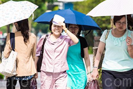 中央气象局预报,今天台湾水汽比昨天少,加上吹西南风,气温会更高,全台高温上看摄氏36度,台北市体感温度估计可达41度。(陈柏州/大纪元)