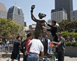 六四前,清洗旧金山花园角的民主女神像,已经成为旧金山湾区的一项传统。(周凤临/大纪元)