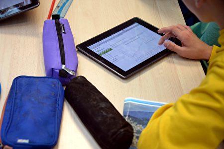 苹果公司或许利用几个关键专利技术进行下一步布局,未来用户可能不需要担心iPad沾上脏东西,看iPhone眼睛也会更舒服。(DAMIEN MEYER/Getty Iamges)