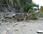 公路总局说,省道台9线苏花公路141.6公里处(宜兰南澳武塔路段)30日下午1时发生坍方,目前交通阻断,预定下午3时抢通。(公路总局提供)