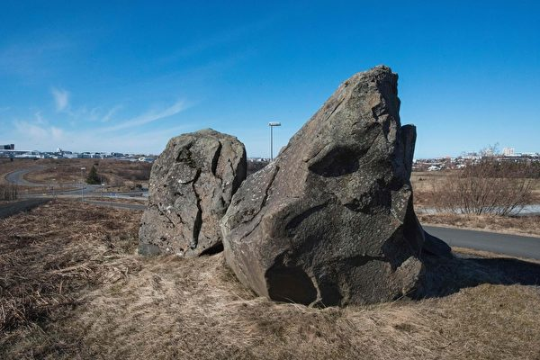 雷克雅未克路边的岩石据信是精灵们的家。小精灵在冰岛传说已久,而当地人会认真告诉你,精灵经常会在那些知道怎样看到他们的人面前现身。(Halldor Kolbeins/AFP/Getty Images)