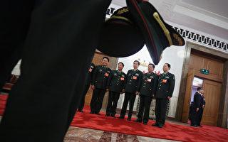 传出两名军中少将几乎在同一时间被查的消息,这两人官职虽然不算显著,却曾是江泽民在军中的亲信廖锡龙和李继耐的亲属、秘书。图为,中共军方在北京参加两会。(Feng Li/Getty Images)