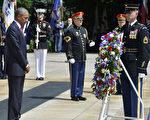 奥巴马30日来到维吉尼亚州的阿灵顿国家公墓主持阵亡将士纪念日活动,在无名战士塚前献上花圈,晴空下,奥巴马低头默哀许久。(Mike Theiler-Pool/Getty Images)