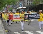 2016年5月13日,在纽约曼哈顿万人大游行队伍中,马雪青的母亲和妹妹手举营救马雪青的横幅标语(明慧网)